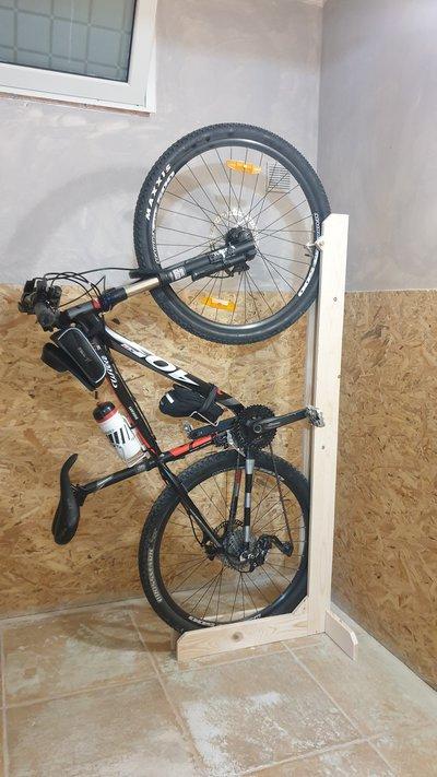 Portabici salvaspazio in legno per MTB