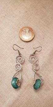 Orecchini pendenti realizzati in alluminio striato con perle e monachelle in acciaio