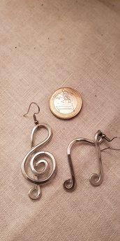Orecchini note musicali in alluminio battuto con monachelle in acciaio