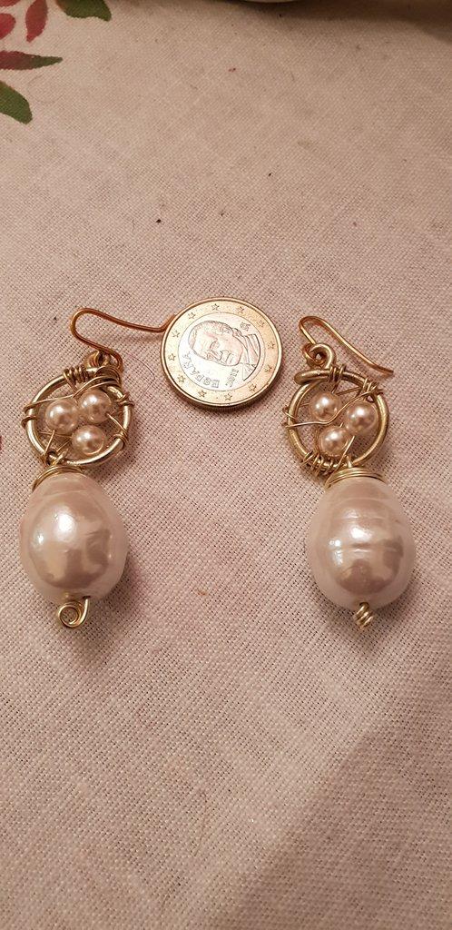 Orecchini pendenti con perle realizzati in alluminio dorato ed ottone