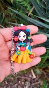 Biancaneve in fimo, bambolina su cammeo con catenina, 6 cm