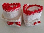 Per un grazioso regalodi natale coppia dii cestini bianchi con lavette di spugna rifinite con pizzo di colore rosso realizzato a uncinetto