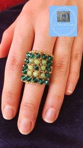 Anello rettangolare con perline e cristalli