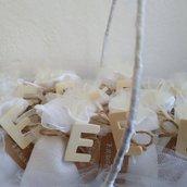 Sacchettino portaconfetti con iniziale in legno naturale