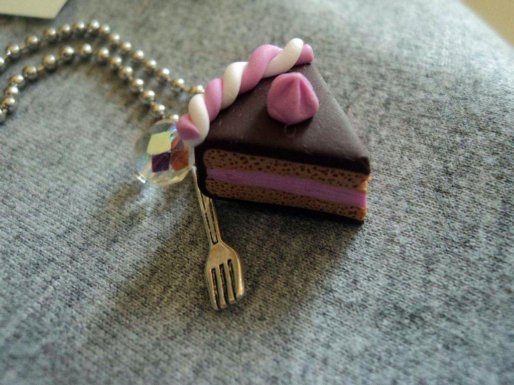 Collana con fetta di torta, forchetta e perla