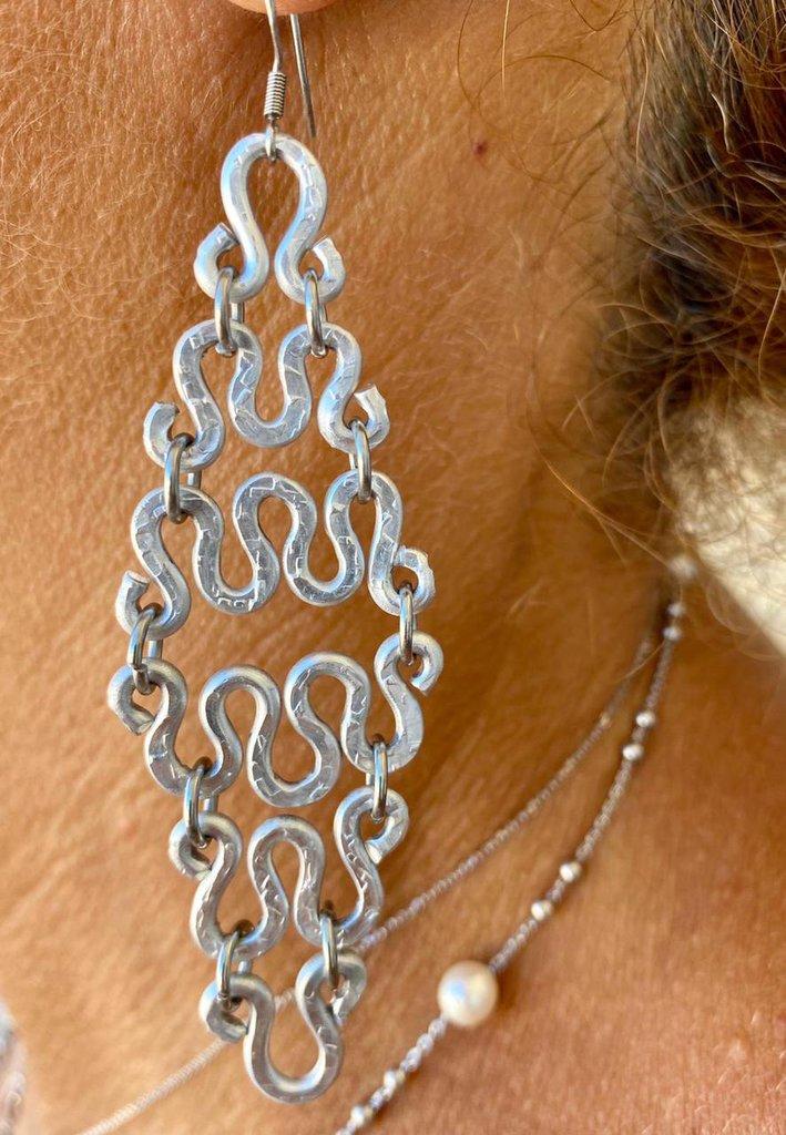 Orecchini pendenti realizzati in alluminio battuto con monachelle in acciaio