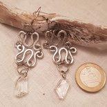 Orecchini pendenti realizzati in alluminio battuto con monachelle in acciaio e cristalli Swarovski originali