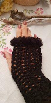 Mezzi guanti realizzati all'uncinetto in misto lana lurex con rifinitura in finta pelliccia in microfibra