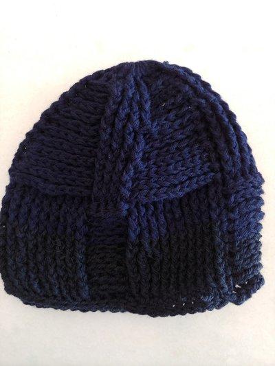 Cappello in lana blu con disegno che forma tanti rettangoli