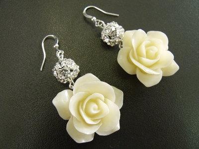 Rosa bianca e sfera con cristalli