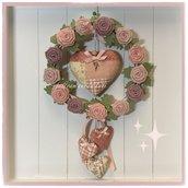 Corona in viticcio sbiancato con roselline di lino , un cuore grande patchwork e tre cuoricini sui toni del rosa