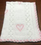 copertina di misto lana bianca con cuori rosa