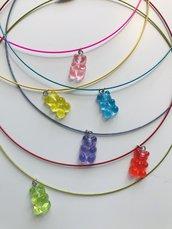 Girocollo colorato con pendente a forma di orsetto colorato.