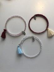 Braccialetti in filo armonico con perline colorate e charm.