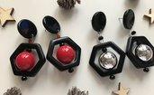 Orecchini pendenti con ciondolo esagonale nero e perla rossa o argento.