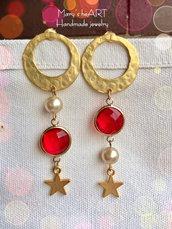 Orecchini pendenti con perni e stelle in zama, cristalli rossi e perle coltivate