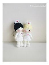 Portachiavi bambolina infermiera amigurumi.