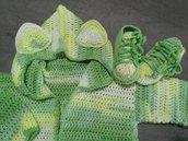 Completo giacca  con cappuccio  e scarpette in lana  . Neonato.