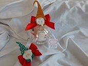 sfera natalizia con biscotti pasta frolla decorati con ghiaccia reale  e gadget calamita portafortuna elfo