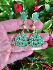 Orecchini pendenti con elementi in cristallo verde e ottone