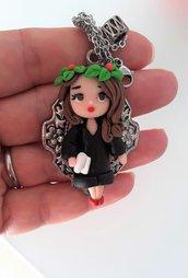 Bambolina laureata in fimo, pendente modellato a mano con catenina.