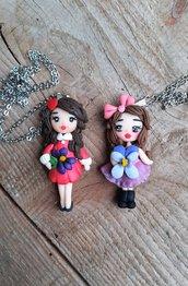 Bambolina di fimo con violetta, collana con pendente modellato a mano.
