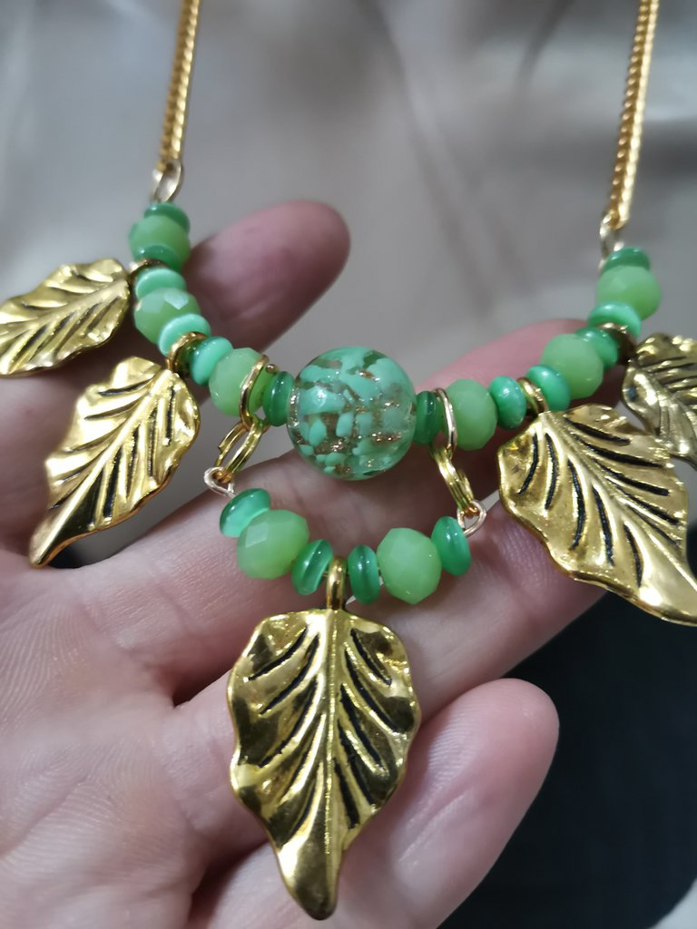 Collana verde ed oro con occhio di gatto e vetro di murano
