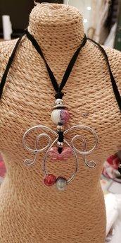 Collana regolabile Angelo in alluminio, perle in ceramica greca e cordoncino in alcantara