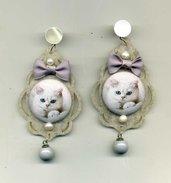 GRANDI ORECCHINI pendenti in feltro grigio chiarissimo e gattino bianco con fiocchetti