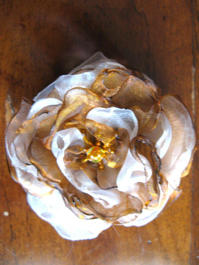 Fiore bianco e ocra in organza