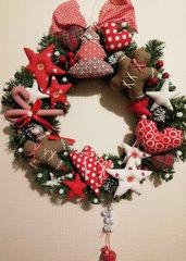 Ghirlanda fuoriporta corona natalizia con decorazioni.