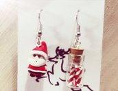Orecchini natalizi pendenti babbo natale con bottiglietta piena di dolcetti in fimo