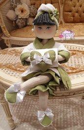 Bambola portarotolo sul verde
