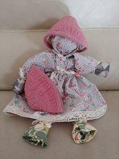 Originale bambolina formata da  3 asciugapiatti di cotone rifiniti con pizzo  e 2 presine a forma di cono