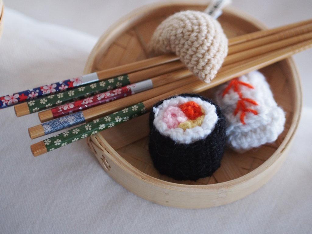 Set da 3 pezzi di Sushi.Crochet.Trancio di pesce,biscotto della fortuna,sushi roll.Soprammobile,regalo,accessorio,gioco fatto a mano.Lana.