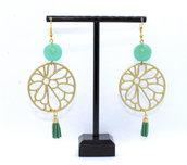 Orecchini pendenti con perle verdi acqua in resina e componenti in zama color oro e micro nappa in ecopelle