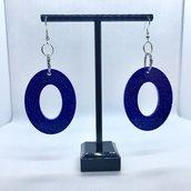 Orecchini pendenti in resina viola con micro glitter fucsia e azzurri e componenti in alluminio e ottone color argento