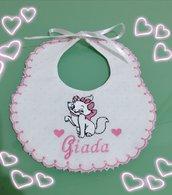 Bavaglino personalizzato con il ricamo della gattina Minou