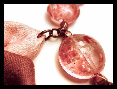 Collana in stoffa e pietre di vetro rosa e viola