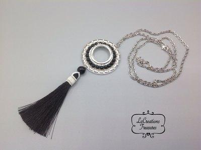 Ciondolo pendente in tessitura di perline con catena lunga, nappina seta nera