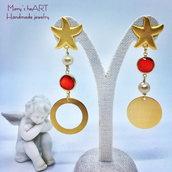 Orecchini asimmetrici con zama, cristalli, perle e elementi in alluminio dorato