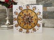 Orologio da tavolo di legno creato con scatola decorato con mandala. Scrigno del tempo