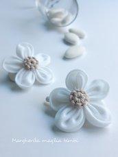 Fermaglio per capelli con fiore bianco in lino, tulle e cotone ecru - Battesimo