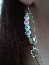 Orecchini pendenti con spilla da balia e scritta LOVE con ciondolo Fiore
