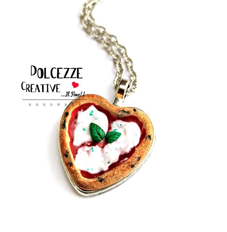 Collana Cammeo a forma di cuore - pizza margherita, pomoro, mozzarella e basilico - miniature in fimo e cernit