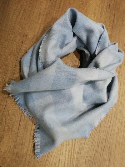azzurro polvere per sciarpona in  pura lana pettinata sfilata a mano a quadri.