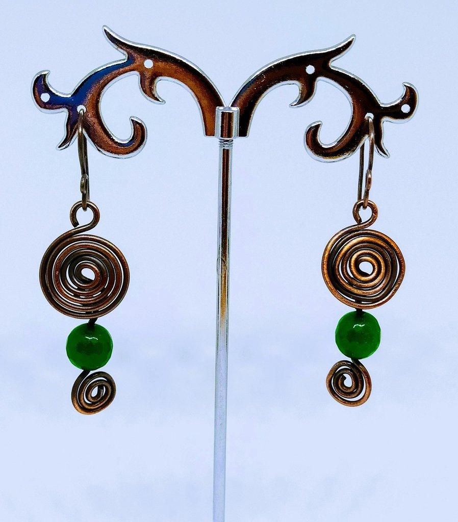 Orecchini spirale in rame ossidato e pietre verdi sfaccettate