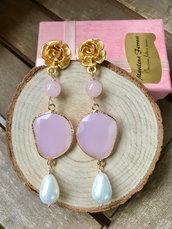 Orecchini pendenti con cristalli rosa, pietre dure e perni in zama