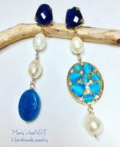 Orecchini pendenti asimmetrici con cristalli e perle di fiume