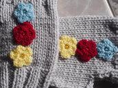 Mezzi Guanti in lana grigia.Fatti a mano.Decorati con tre fiori lavorati a uncinetto e perline in tinta.Personalizzabili.